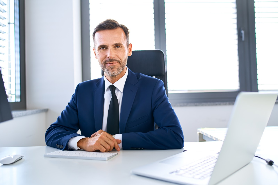 financial advisor using online marketing