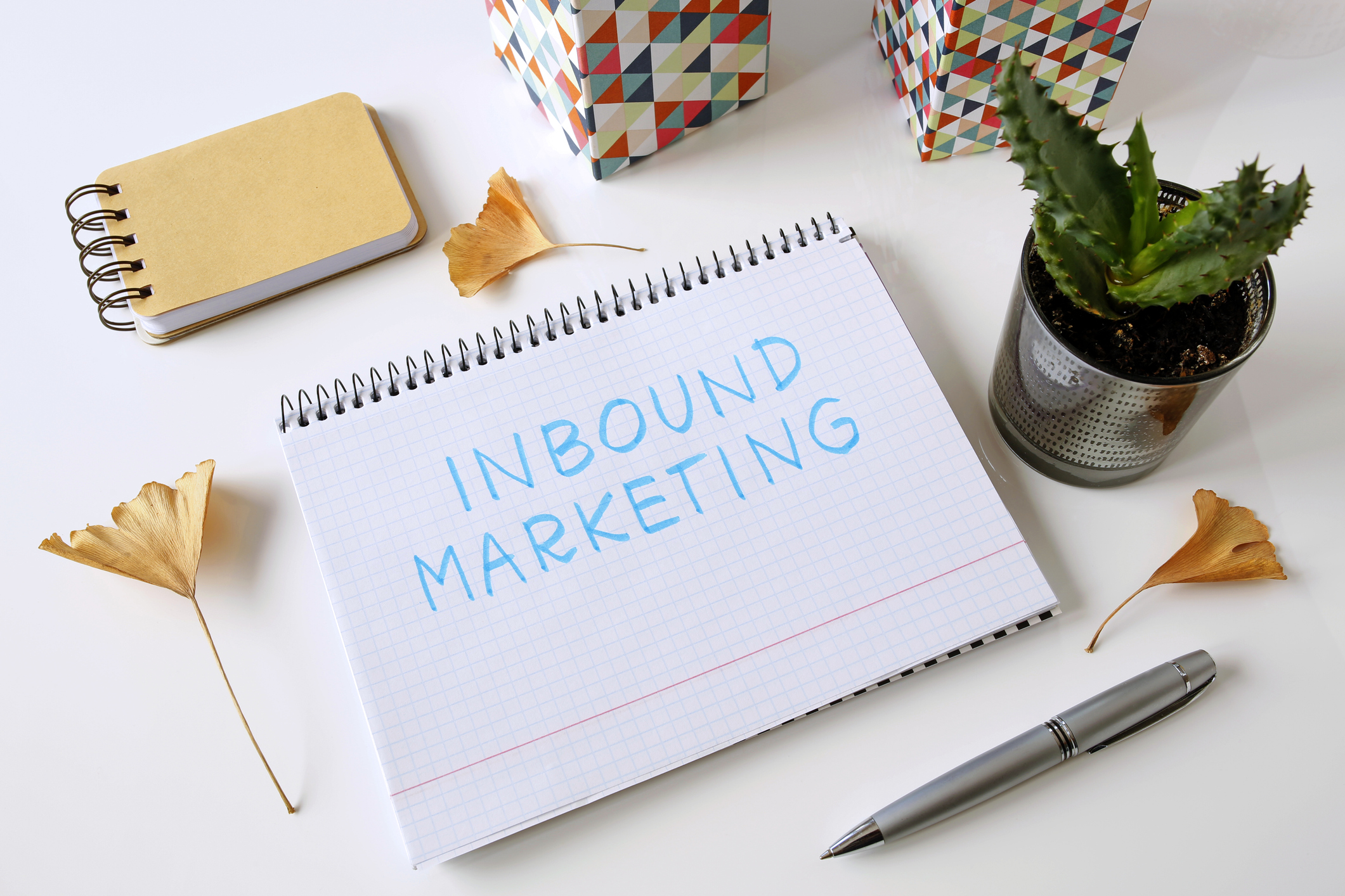 pad of paper on a desk with the words Inbound Marketing written down